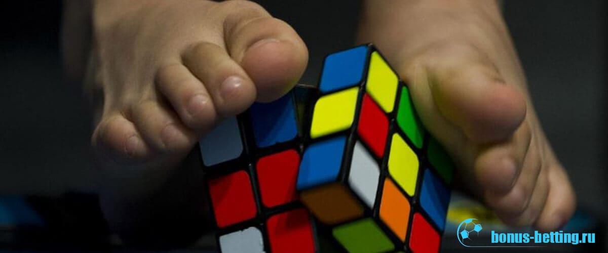 сборка кубика рубика ногами