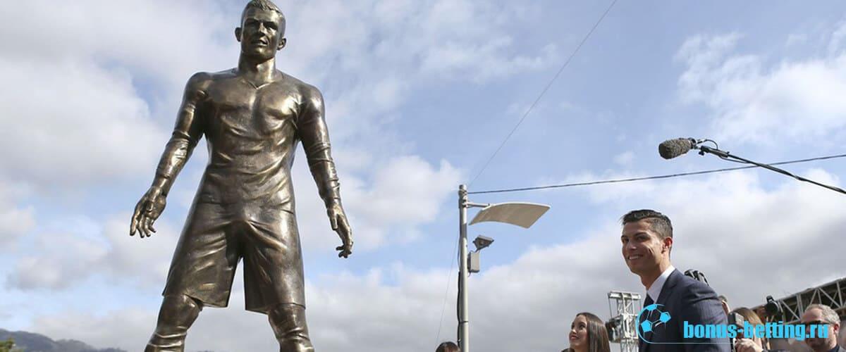 Статуи футболистов Роналду