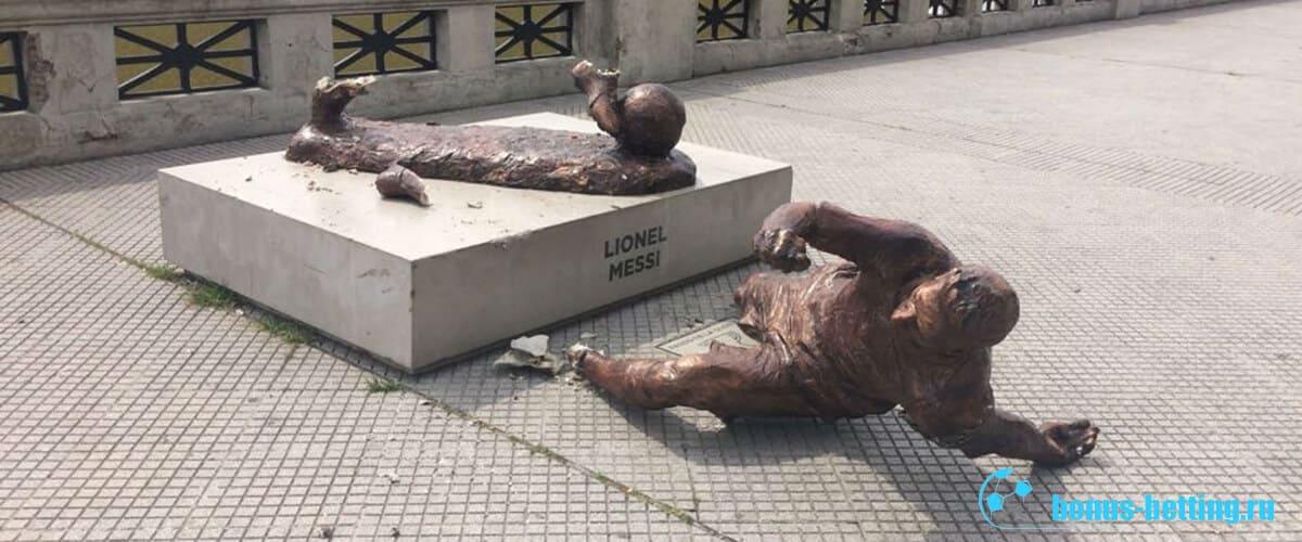 Статуя Месси сломана