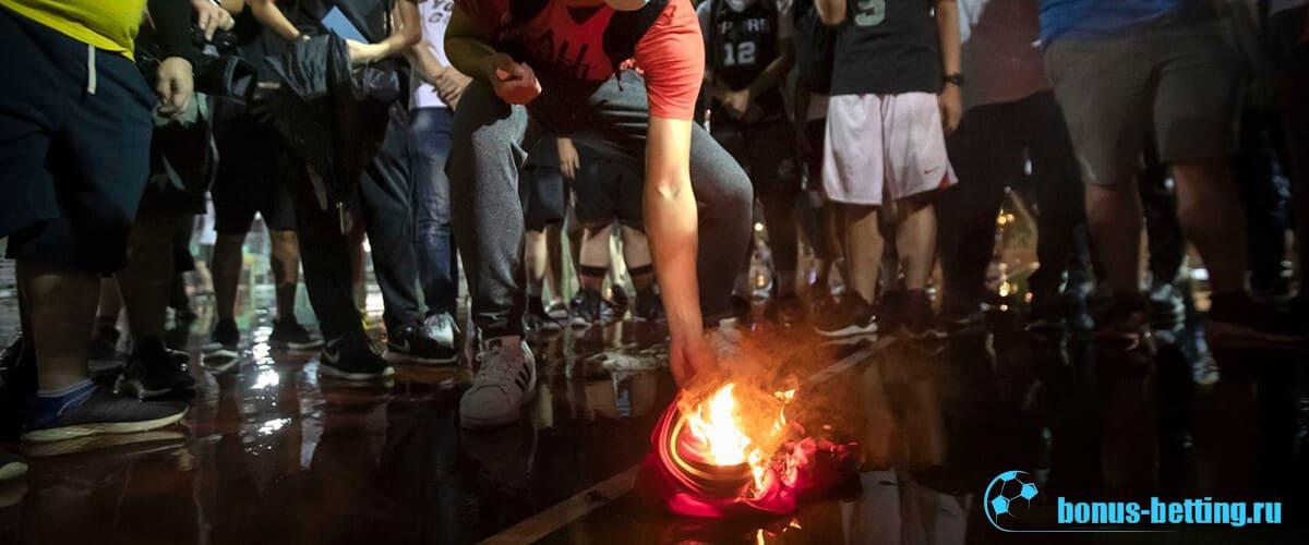 Китайцы сжигают форму Озила