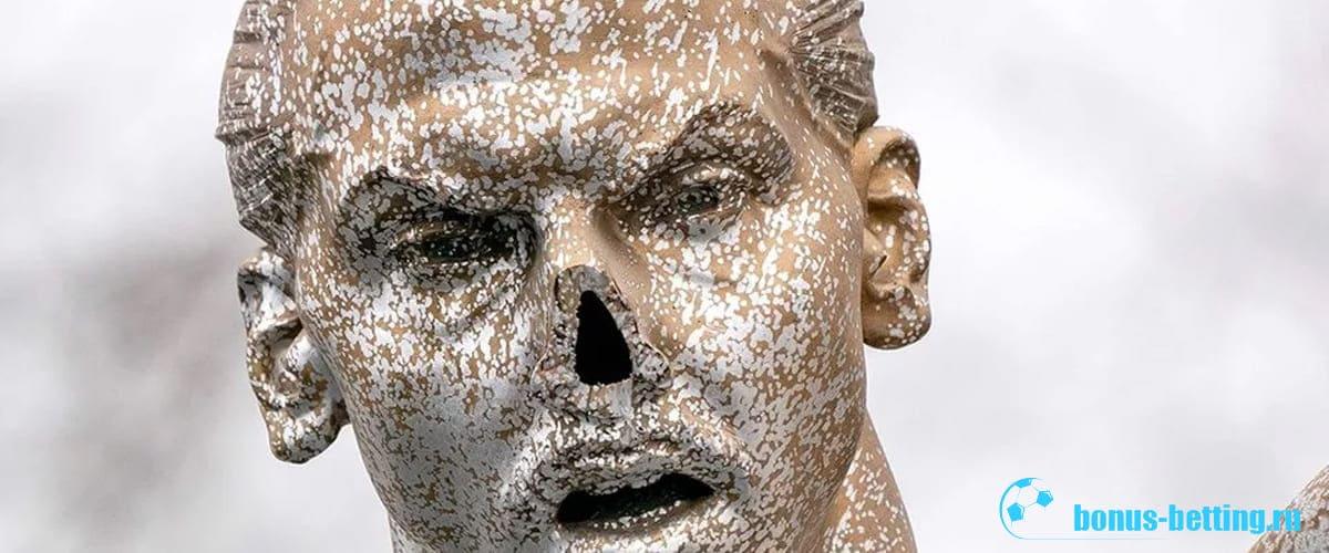 Вандалы повалили статую Ибрагимовича в Мальме и оторвали ей нос