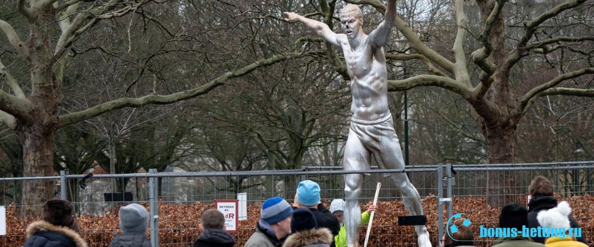 Памятник Златану Ибрагимовичу обнесен забором